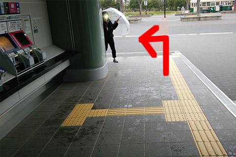 ②切符売り場の前を通って梅小路公園に出たら左へ進んでください。