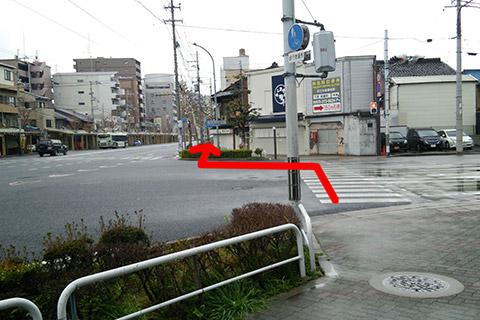 ⑦交番前から100mほどまっすぐ進んだ七条七本松の交差点の横断歩道を渡りまっすぐ進みます。