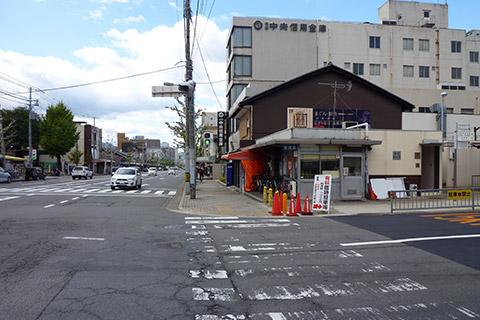 ➀京都市中央市場の七条側出口を右に進んでください。(中央信用金庫がある方向です)