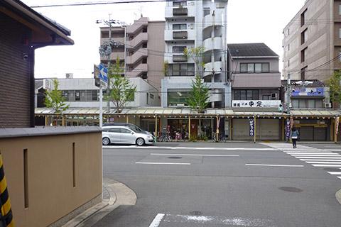 ④どんつきの七条七本松の交差点を 左へ曲がってください。